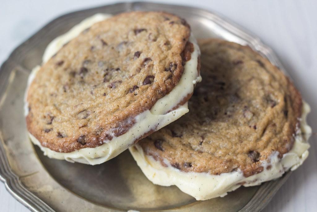 Is-sandwich med cookies og vaniljeis