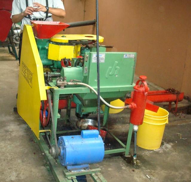 Cette machine sert à décortiquer et laver les cerises de café. A la sortie, les grains de café sont extraits.