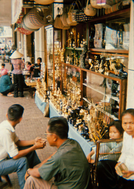 SAIGON 1965 - Photo by Tom Robinson ('Tinker') - Vỉa hè Nguyễn Huệ