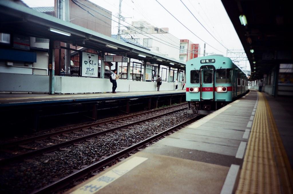 井尻駅 Ijiri, Fukuoka, Japan / Kodak Pro Ektar / Lomo LC-A+ 我等的車來了,但,抓錯位置,在我前方有點遠停下來!  我以為他會開到我前面!  Lomo LC-A+ Kodak Pro Ektar 100 4894-0003 2016-09-29 Photo by Toomore