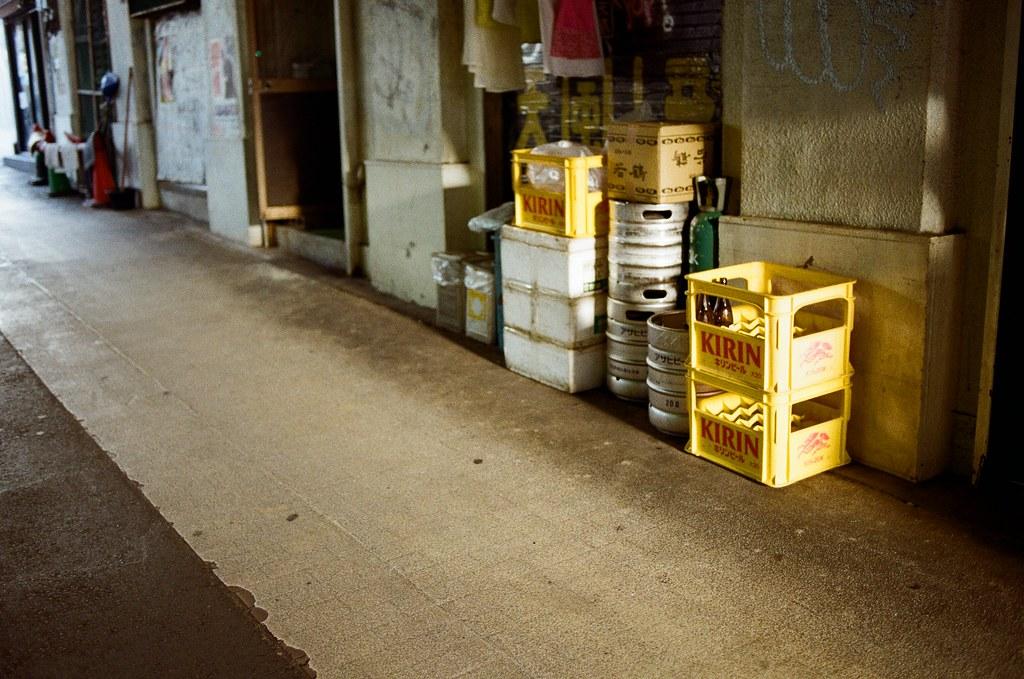 渋谷 Tokyo, Japan / Kodak ColorPlus / Nikon FM2 三個角度,覺得呢?  那時候把握太陽下山時的光線,但又很喜歡日本街頭放在店門口的酒籃、生啤酒桶,就是要這樣放著才有日本居酒屋的感覺。  我就拍了不同角度的畫面。  至於我喜歡哪一張呢?  各有各的特色。  Nikon FM2 Nikon AI AF Nikkor 35mm F/2D Kodak ColorPlus ISO200 0997-0033 2015/10/02 Photo by Toomore