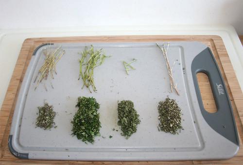 18 - Kräuter zerkleinern / Mince herbs