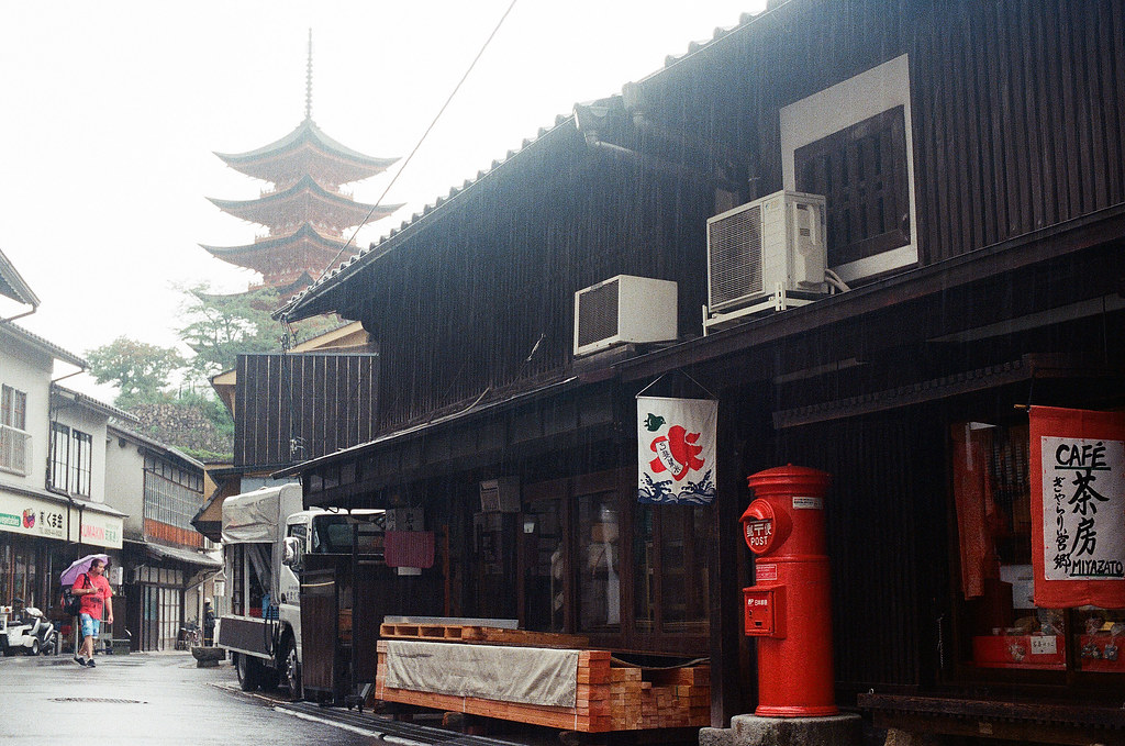 郵筒 五重塔 嚴島(Itsuku-shima)広島 Hiroshima 2015/08/31 郵筒與五重塔一起入鏡。  Nikon FM2 / 50mm Kodak UltraMax ISO400 Photo by Toomore