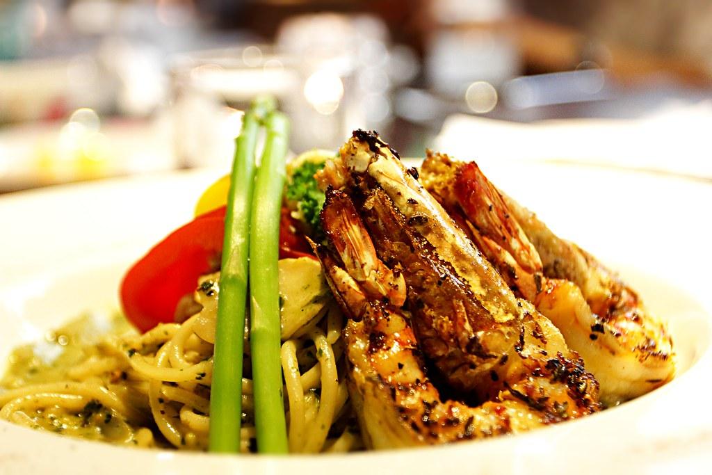 羅勒明蝦蘆筍義大利麵,上頭有大蝦,底下則是青醬義大利麵