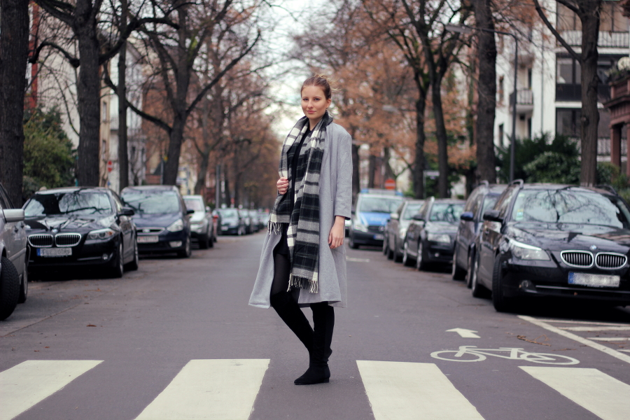 outfit street mantel grau oversized scarve fashionblogger frankfurt brown winter look westend asos h&m zara