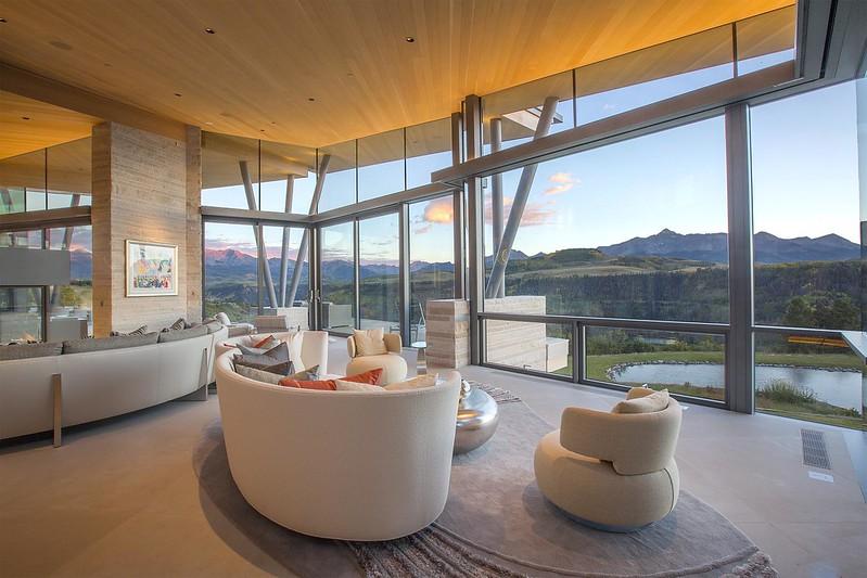 Гостиная со стеклянной стеной и видом на горы Колорадо