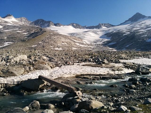Überquerung Gletscherbach mit Blick auf Großer Möseler und Turnerkamp