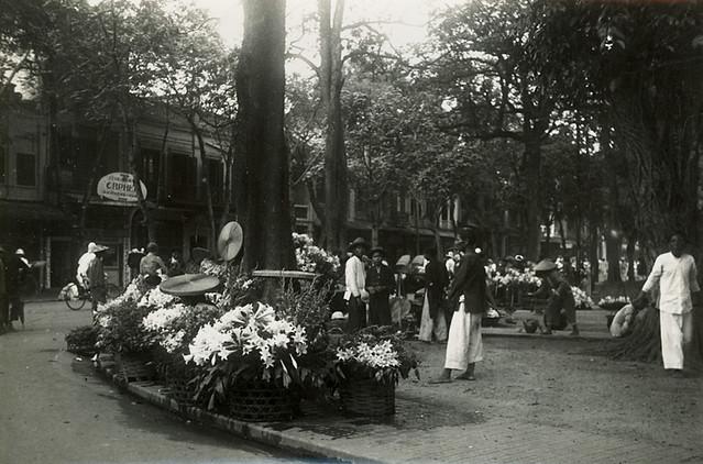 Hanoï vers 1905-10  - Le marché aux fleurs - Chợ hoa cạnh hồ Gươm