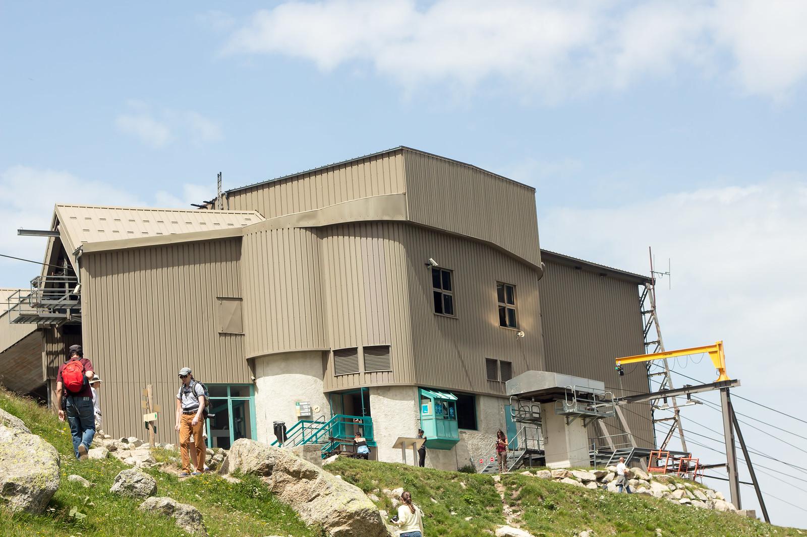 Шамони Мон-Блан - Вот так выглядит промежуточная станция. На ней можно выйти, погулять, покушать, уйти на многочисленные пешие маршруты по Альпам. Станция прям оправданно промежуточная - она средняя как по высоте, так и по температуре, давлению и ощущениям. Летом, на мой взгляд, там идеально!