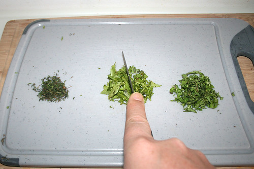 21 - Kräuter zerkleinern / Mince herbs