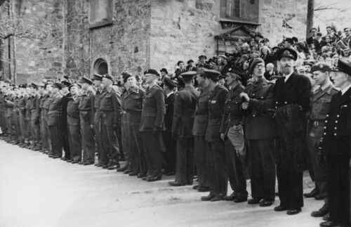 Allierte offiserer under de militære styrkers defilering i Kongens gate (1945)