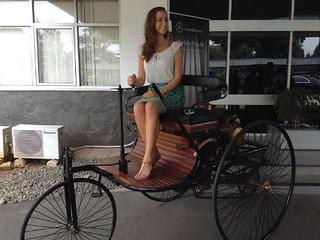pengendara mobil wanita pertama