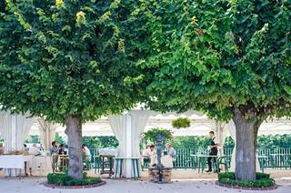 Déjeuner à la terrasse du restaurant Les tilleuls - Itinéraire touristique en France