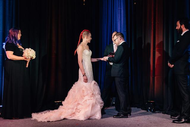 Robe de mariée fourreau avec bouillonné rose