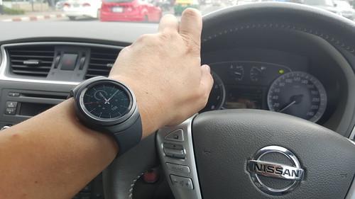 ตอนขับรถ Samsung Galaxy Gear S2 ช่วยได้เยอะ ในการรับแจ้งเตือนหรือรับโทรศัพท์
