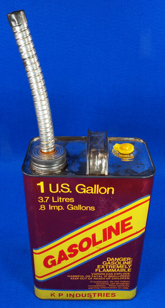 RD14421 Vintage K P Industries 1 Gallon Vented Metal Gasoline Can with Original Flexible Metal Spout DSC07992