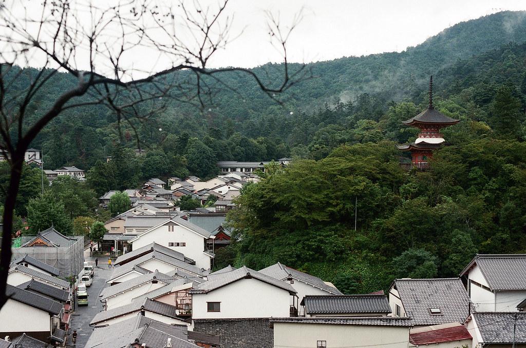 嚴島(Itsuku-shima)広島 Hiroshima 2015/08/31 遠方的五重塔  Nikon FM2 / 50mm FUJI X-TRA ISO400 Photo by Toomore