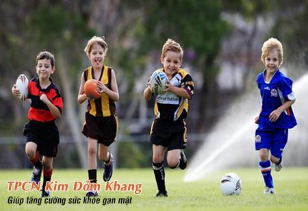 Khuyến khích trẻ vui chơi các môn thể thao giúp phòng ngừa tái phát sỏi mật