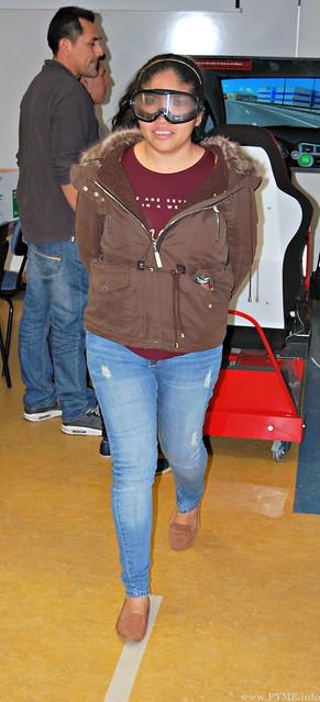 Una alumna realiza un ejercicio de equilibrio con las gafas simuladoras de alcohol en sangre.