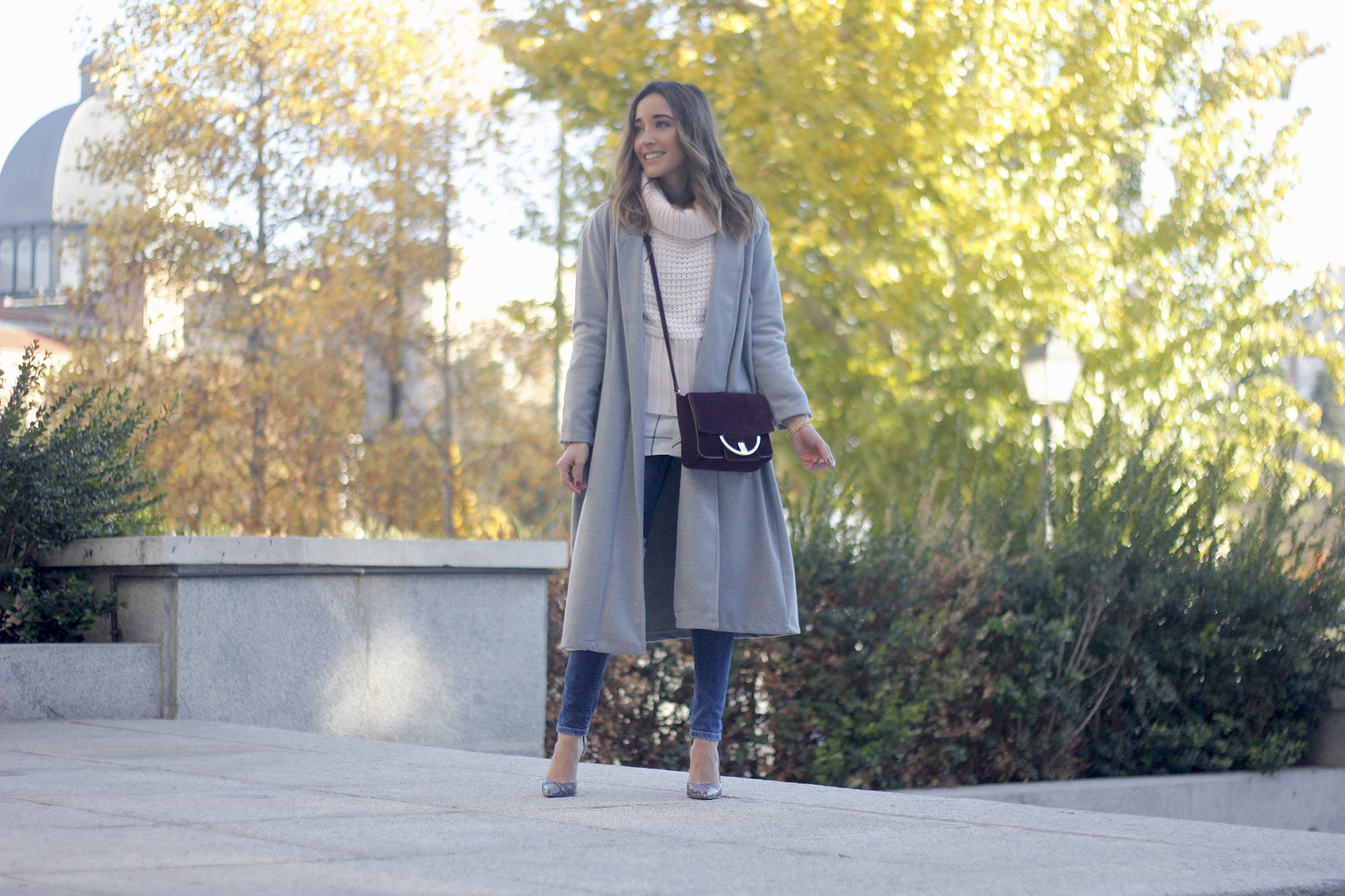 Grey coat with pink sweater jeans burgundy purse uterqüe outfit streetstyle22