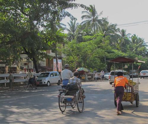 Yangon: un tuk-tuk birman et un vendeur ambulant