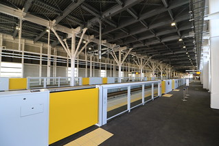 新函館北斗駅のホームドアは黄色