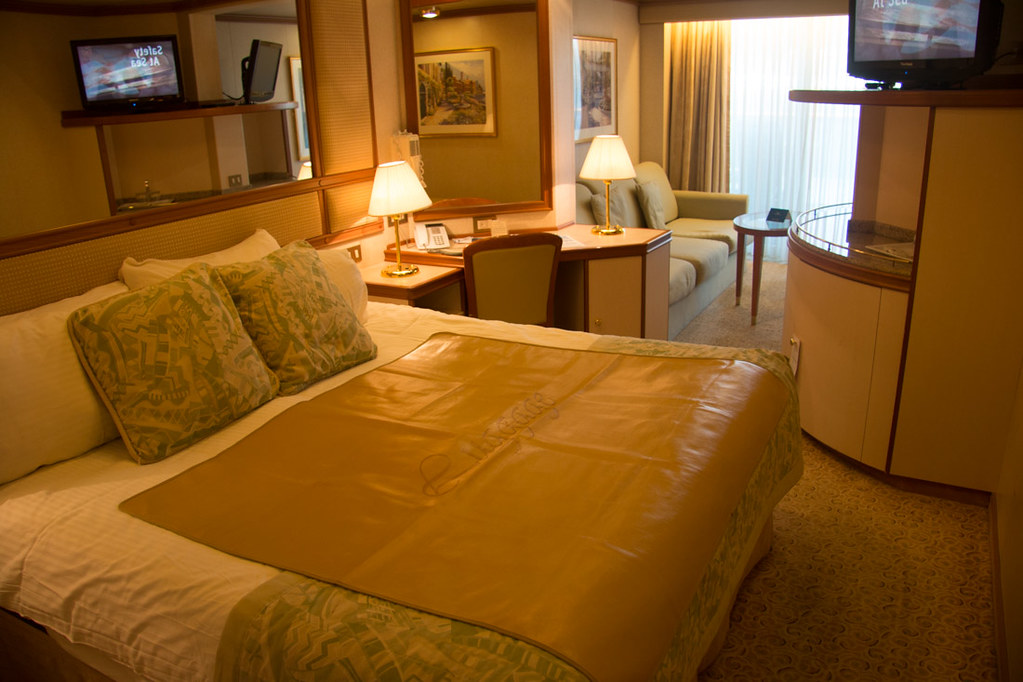 Queen bed in Mini Suite