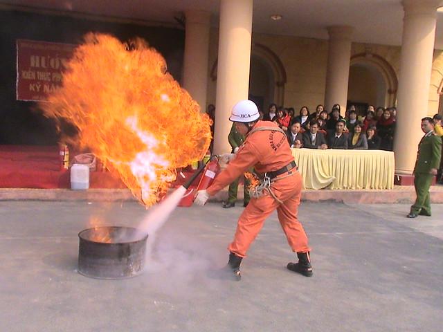 sự dụng bình CO2 dập lửa