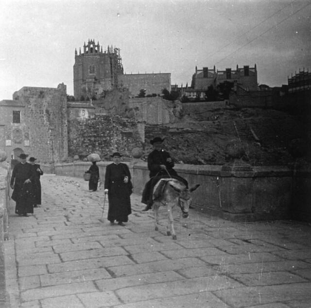 Un cura cruza en borrico por el Puente de San Martín hacia 1910. Fotografía de Arturo Cerdá y Rico © Centro de Estudios Giennenses, Diputación de Jaén