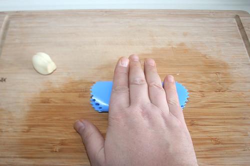 14 - Knoblauch schälen / Peel garlic