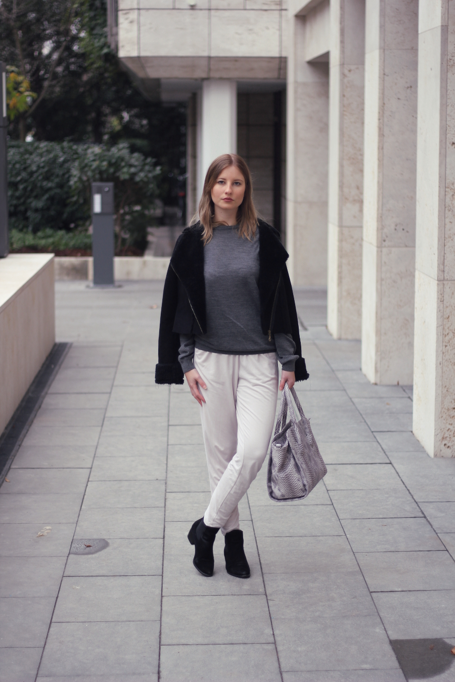 outfit loose fit trousers beige grey black chill look city ffm westend blogger woman