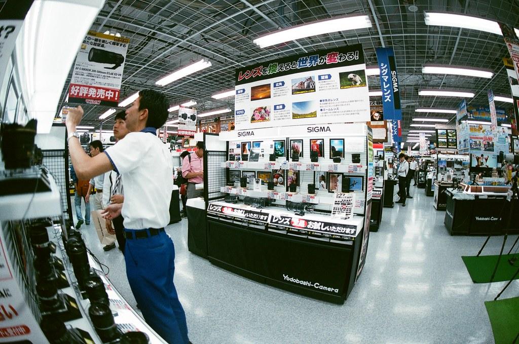 Yodobashi 京都 Kyoto 2015/09/25 去逛了 Yodobashi,以為他們只賣數位相機的鏡頭,沒想到傳統的鏡頭也有賣。我裝上了一顆有點超廣角的鏡頭拍看看。  兩天後我買了 Nikon AI AF Nikkor 35mm F/2D  Nikon FM2 ??? AGFA VISTAPlus ISO400 0952-0019 Photo by Toomore