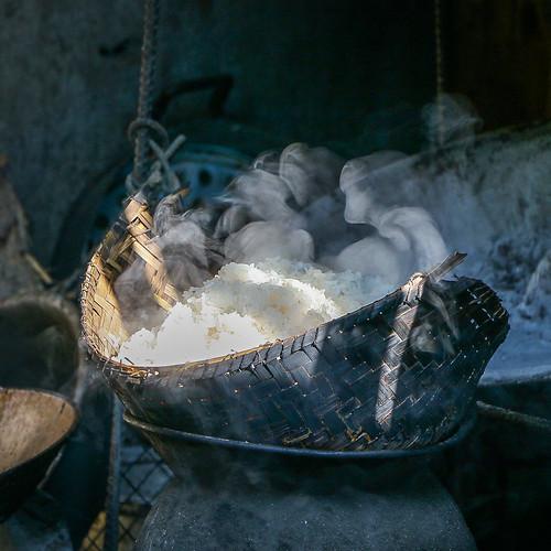 Steaming sticky rice on the street, Luang Prabang, laos ルアンパバーン、道端で蒸してるカオニャオ(もち米)