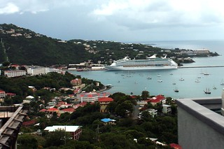 Attēls no Long-Bay Beach pie Charlotte Amalie. ocean cruise cloud beach water st port island islands bay pier us day ship view time cloudy charlotte outdoor thomas united royal panoramic line adventure virgin international cumulus caribbean states vi stthomas seaport seas rcl amalie usvi aos rccl adventureoftheseas cruiseport konomark
