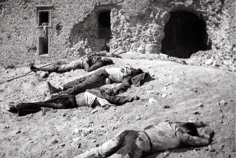Cadáveres de republicanos junto al Alcázar de Toledo a comienzos de octubre de 1936