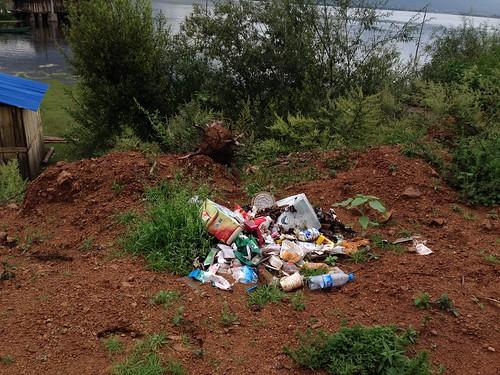 缺垃圾車,拉市海的垃圾問題暫無解。攝影:詹嘉紋。