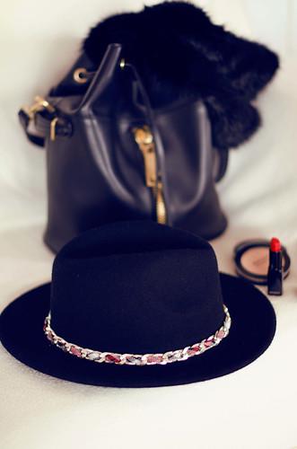 4 maneras de combinar un sombrero negro