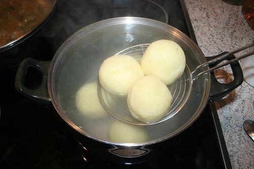 37 - Klöße kochen / Cook dumplings