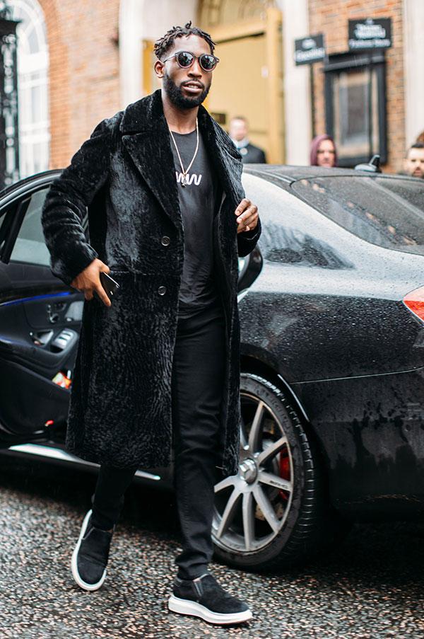 黒ファーコート×黒Tシャツ×黒パンツ×黒スリッポン