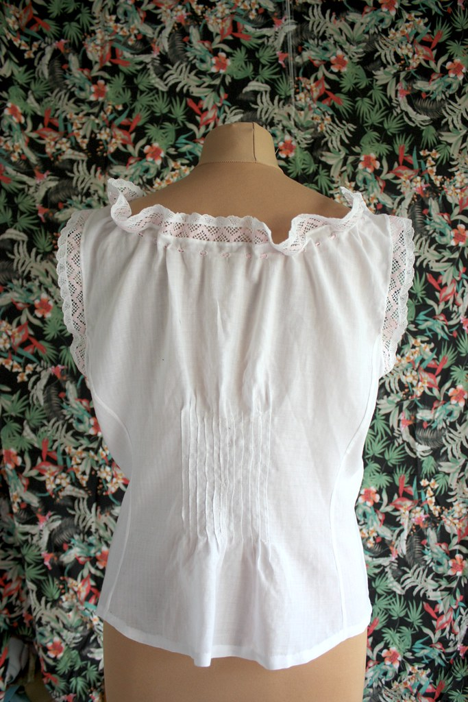 Petits plis en guise de pince, lingerie Belle Epoque