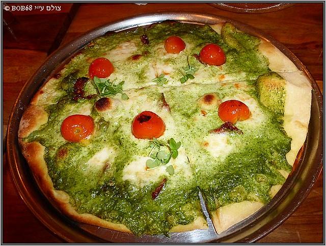 פיצה ירוקה אדומה לבנה ב- בית איטלקי