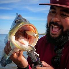 O pescador Maga da @equipekabelera mostrando a fome do tucunare.  ##pescaamadora #pesqueesolte #baitcast #fly #pescaesportiva #sportfishing #tucunareazul #flyfishing #fish #peackock #bass #bassfishing #pescador #angler #tucunare #pavone #pavon #peacock #p