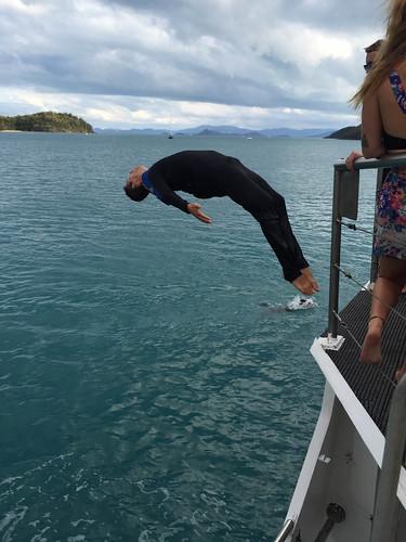 Springen vom Deck des Schiffs