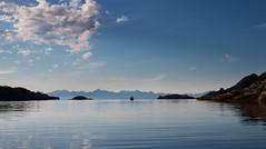Inngangen til den flotte naturlige hamna. Lofoten på andre sia