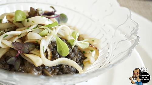 Lentejas negras guisadas con calamar y morro de ternera, acompañado de tallarines de sepia salteados con salsa de ostras