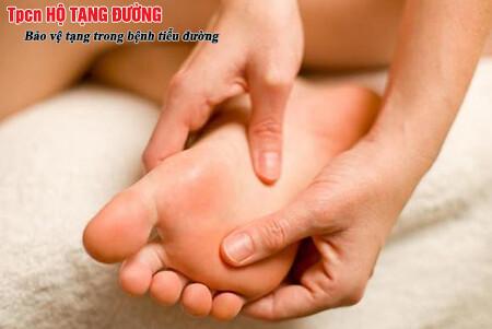 Kiểm tra chân hàng ngày để phát hiện loét bàn chân đái tháo đường