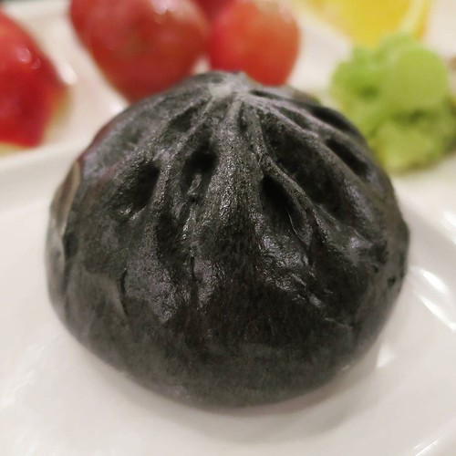 ハロウィーンバージョンの黒い肉まん。