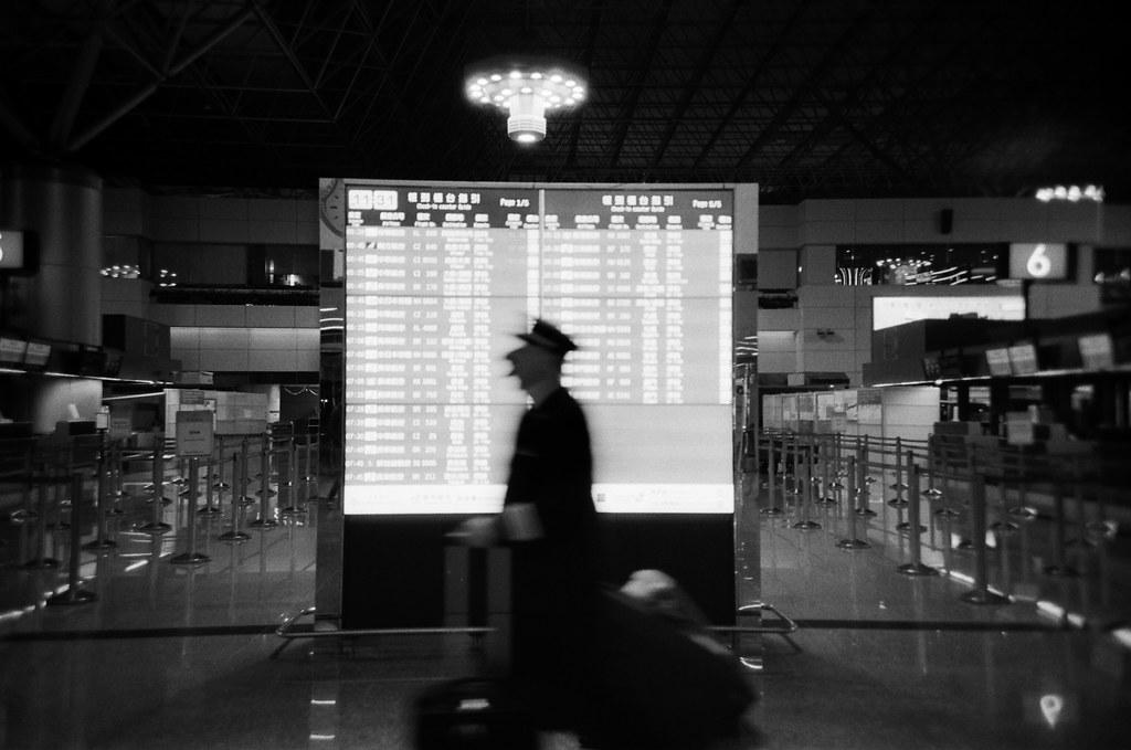 桃園國際機場 TPE / Lomo LC-A+ 2015/12/08 這一天晚上我在桃園機場流浪,好怕自己又買張機票飛去日本,雖然經過香草航空的時候有點衝動!朋友早上要飛往泰國,想說前一天晚上就先來桃園機場拍照,用黑白和 Lomo LC-A+ 拍晚上的機場。  Lomo LC-A+ Kodak TRI-X 400 / 400TX 4780-0019 Photo by Toomore