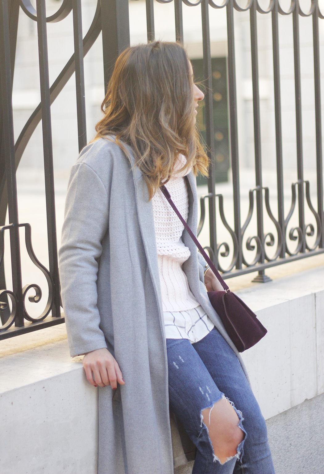 Grey coat with pink sweater jeans burgundy purse uterqüe outfit streetstyle20