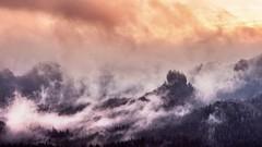 Ein dramatischer Sonnenaufgang in der Sächsischen Schweiz